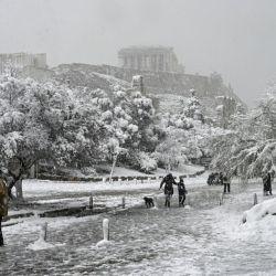 Las calles céntricas de Atenas se cubrieron con 50 centìmetros de nieve.