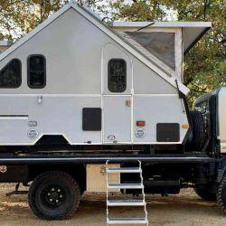 Recientemente acaba de aparecer en Vanlife Trader un módulo Aliner Expedition, el cual se puede adquirir solo o junto a un camión Mitsubishi Fuso 4x4 Overlanding de 2008.