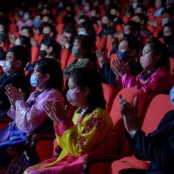 La audiencia aplaude cuando los miembros de Mansudae Art Troupe realizan una rutina de música y baile que marca el 79 aniversario del nacimiento de Kim Jong Il, un día conocido en Corea del Norte como el 'Día de la Estrella Brillante'. , en el Gran Teatro de Pyongyang Oriental en Pyongyang. | Foto:KIM Won Jin / AFP