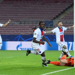 El delantero italiano del Paris Saint-Germain Moise Kean celebra tras marcar un gol durante los octavos de final de la Liga de Campeones de la UEFA en el partido de ida entre el FC Barcelona y el Paris Saint-Germain FC en el estadio Camp Nou de Barcelona. | Foto:Lluis Gene / AFP
