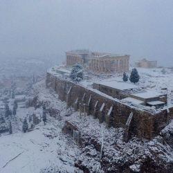 En esta fotografía aérea, la antigua Acrópolis está cubierta por la nieve durante una rara y fuerte nevada en la ciudad de Atenas.   Foto:Antonis Nikolopoulos / Eurokinissi / AFP