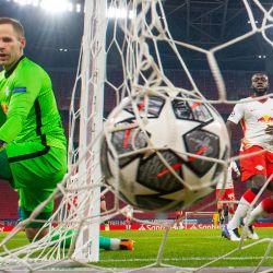 El arquero húngaro del RB Leipzig Peter Gulacsi mira el balón durante los octavos de final de la Liga de Campeones de la UEFA partido de ida entre el RB Leipzig y el FC Liverpool en el Puskas Arena de Budapest.   Foto:Attila Kisbenedek / AFP