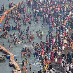 Los devotos hindúes toman un baño sagrado a orillas del río Ganges, en el auspicioso día de Basant Panchami, durante la feria tradicional anual Festival Magh Mela en Allahabad.   Foto:Sanjay Kanojia / AFP