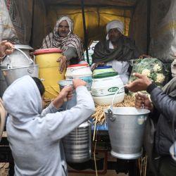 Los aldeanos dan leche y otros suministros para que los envíen a los agricultores que protestan en la frontera estatal de Tikri Delhi-Haryana, en la aldea de Makrauli en el estado de Haryana, en el norte de la India.   Foto:Glenda Kwek / AFP