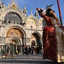 Un veneciano con una máscara de carnaval y desfiles de disfraces en la Plaza de San Marcos en Venecia, a pesar de que el carnaval se canceló debido a la pandemia de Covid-19. | Foto:François-Xavier Marit / AFP