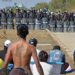La policía antidisturbios monta guardia cerca de una prisión durante una manifestación de manifestantes contra el golpe militar en Naypyidaw.   Foto:STR / AFP