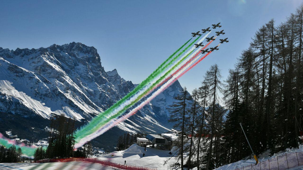 Los jets de la unidad acrobática de la Fuerza Aérea Italiana Frecce Tricolori (flechas tricolor) actúan mientras sobrevuelan Cortina d'Ampezzo, Alpes italianos, antes del inicio del descenso masculino el durante el Campeonato Mundial de Esquí Alpino de la FIS. | Foto:Fabrice Coffrini / AFP