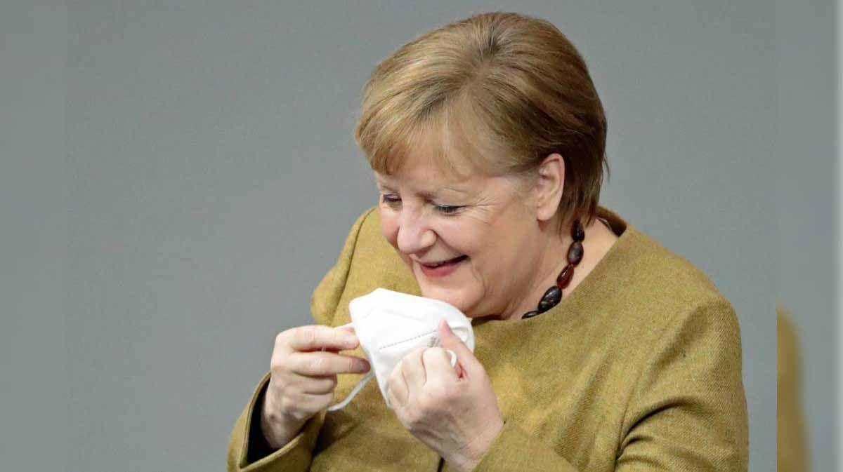 Angela Merkel olvidó su tapabocas en la cámara baja del Parlamento Bundestag.