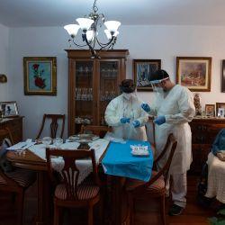Joana Pol, de 93 años, espera ser vacunada en su domicilio en Consell en la isla de Mallorca durante una campaña de vacunación para personas con alto riesgo de contraer coronavirus . - España se ha visto muy afectada por la pandemia, registrando más 65.000 muertes de casi tres millones de casos hasta ahora. | Foto:Jaime Reina / AFP