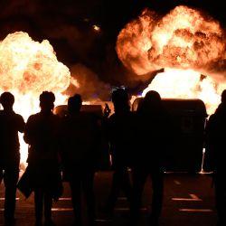 Las llamas se elevan desde los contenedores de basura en llamas durante los enfrentamientos entre manifestantes y las fuerzas policiales regionales catalanas Mossos d'Esquadra después de una manifestación contra el arresto del rapero español Pablo Hasel en Barcelona. | Foto:Josep Lago / AFP