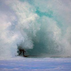 Surfeando en un gran día en Pipeline. | Foto:Brian Bielmann / AFP