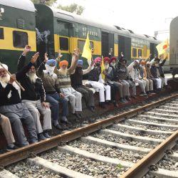 Los agricultores gritan consignas y bloquean las vías del tren durante un bloqueo ferroviario de cuatro horas mientras continúan su protesta contra las recientes reformas agrícolas del gobierno central, en una estación de tren en Amritsar. | Foto:Narinder Nanu / AFP