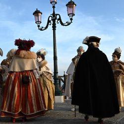 Los venecianos vestidos con un disfraz de carnaval se reúnen en Riva degli Schiavoni en Venecia, a pesar de que el carnaval se canceló debido a la pandemia de Covid-19. | Foto:François-Xavier Marit / AFP