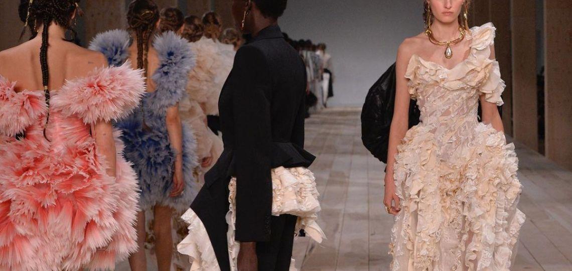 Alexander McQueen lanzó una increíble propuesta de moda circular