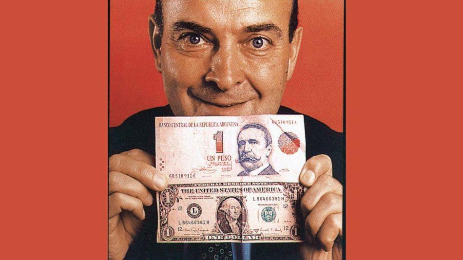 Domingo Cavallo con un peso y y un dólar-20210218