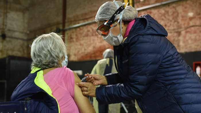 Vacunación de adultos mayores de 80 años.