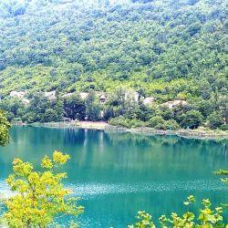 Está ubicado junto a la desembocadura del río Pliva en el lago Veliko Plivsko.