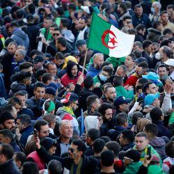 Los argelinos se manifiestan en la ciudad norteña de Kherrata para marcar algunas de las primeras protestas de Hirak, dos años después del movimiento de masas que barrió del poder al ex hombre fuerte Abdelaziz Bouteflika. | Foto:AFP