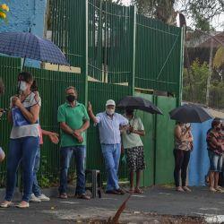 Los residentes hacen fila para recibir la vacuna Coronavac contra COVID-19, en Serrana, a unos 323 km de Sao Paulo, Brasil. | Foto:Nelson Almeida / AFP