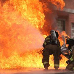 Bomberos combaten un incendio provocado por una explosión en el barrio de Quiroga, al sur de Bogotá. - Las autoridades aún deben determinar la causa de la explosión. | Foto:Andres Castro / AFP