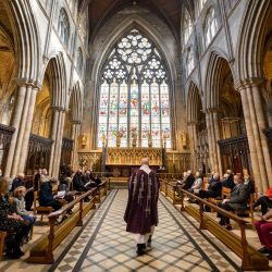El canónigo Barry Pyke, se prepara para tomar un servicio socialmente distanciado en el quire de la Catedral de Ripon el Miércoles de Ceniza, el primer día de Cuaresma, durante el cual la ceniza de las cruces de palma quemadas del Domingo de Ramos en 2020 se rociará sobre los miembros de la congregación como muestra de penitencia, en Ripon, al norte de Inglaterra. | Foto:Oli Scarff / AFP
