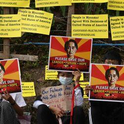 Los manifestantes sostienen carteles con una imagen de la líder de Myanmar detenida Aung Saan Suu Kyi y exigen su liberación durante una manifestación contra el golpe militar frente a la embajada de Estados Unidos en Yangon. | Foto:Sai Aung Main / AFP