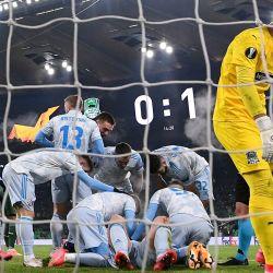El delantero croata del Dinamo Zagreb, Bruno Petkovic, está rodeado de compañeros de equipo después de que anotó el gol de apertura durante el partido de fútbol de la UEFA Europa League entre Krasnodar y Dinamo Zagreb en el estadio de Krasnodar en Krasnodar. | Foto:Kirill Kudryavtsev / AFP