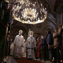 Los obispos llegan para la ceremonia de entronización del Patriarca Porfirije de la Nueva Iglesia Ortodoxa Serbia en la Iglesia Catedral de San Miguel Arcángel de Belgrado. | Foto:Oliver Bunic / AFP