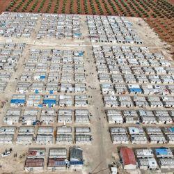 Esta fotografía muestra una vista aérea de un campamento de cemento recién construido financiado por una organización benéfica internacional, que alberga a sirios desplazados por el conflicto en la aldea de Niyarah en la campiña norteña controlada por los rebeldes de la provincia de Alepo, cerca de la frontera. con Turquía; que contiene cientos de unidades de vivienda de 35 metros cuadrados cada una equipada con dos habitaciones separadas, cisternas de agua, baños y sistemas de alcantarillado y paneles solares. | Foto:Bakr Alkasem / AFP