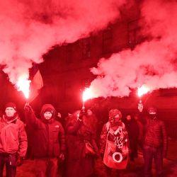 Activistas queman bengalas durante una manifestación en Kiev para conmemorar los  | Foto:Genya Savilov / AFP