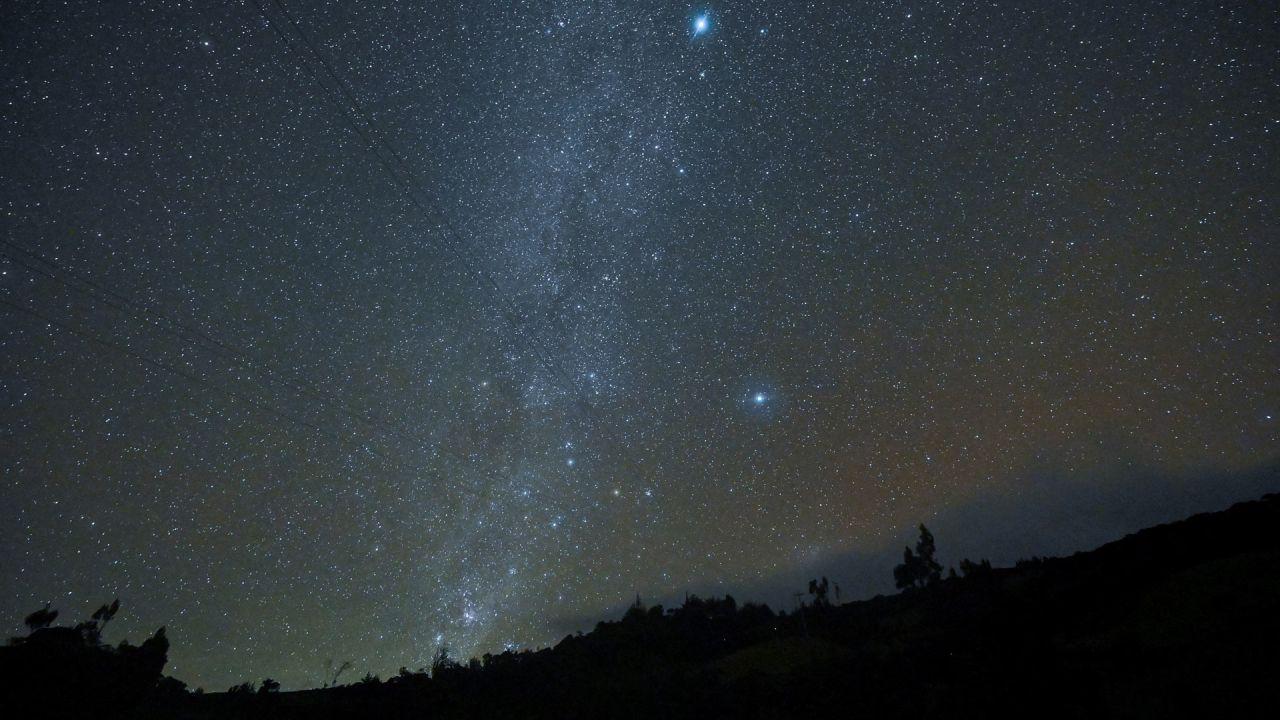 La Vía Láctea es vista desde el Parque Nacional Natural Purace en Purace, departamento del Cauca, Colombia. | Foto:Luis Robayo / AFP