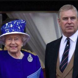 La reina Isabel II junto a Andrés de York | Foto:cedoc