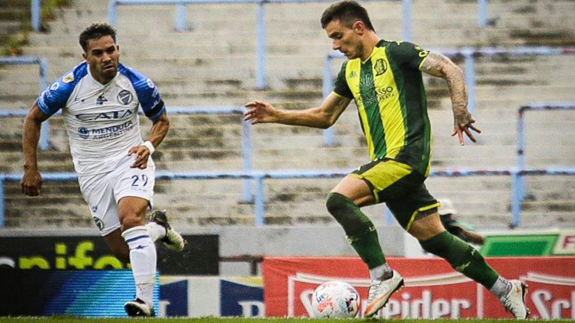 """Aldosivi and Godoy Cruz clash at the Estadio """"José María Minella,"""" in the opening round of Zona A of the Copa de la Liga Profesional."""