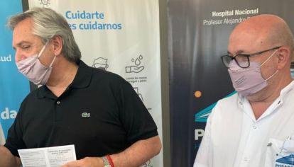 El director del Hospital Posadas, Alberto Maceira, junto al presidente Alberto Fernández.