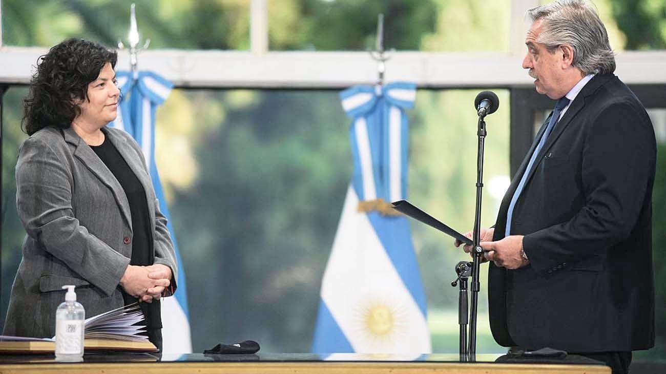 Ceremonia. El Presidente al momento de tomarle el juramento a Vizzotti como nueva ministra de Salud. En el acto, en la Quinta de Olivos, estuvieron presentes los ministros y principales dirigentes del Frente de Todos.