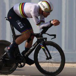 Filippo Ganna del equipo IneosGrenadiers pedalea durante la segunda etapa del Tour en bicicleta por los EAU desde la isla al-Hudayriyat hasta la isla al-Hudayriyat. AFP | Foto:AFP