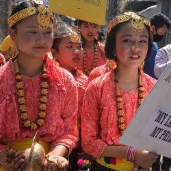 Niñas indias nepalesas vestidas con atuendos tradicionales participan en un mitin para rendir homenaje a los mártires del movimiento de lengua bengalí de 1952 en el Día Internacional de la Lengua Materna, en Siligur. AFP | Foto:AFP