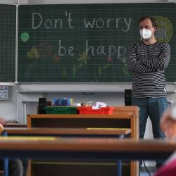 Los alumnos de segundo grado y su maestro usan máscaras faciales mientras asisten a lecciones escolares en la escuela primaria de Petri en Dortmund, Alemania occidental,en medio de la pandemia. La reapertura parcial de escuelas y guarderías en 10 regiones alemanas. AFP | Foto:AFP