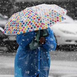 Una mujer con un paraguas camina durante las nevadas en la Ciudad de Nueva York. AFP | Foto:AFP