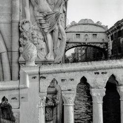 Ojos insomnes en una Venecia vacía de madrugada, en la foto tomada por Graciela Sacco ante el Puente de los suspiros. | Foto:Graciela Sacco