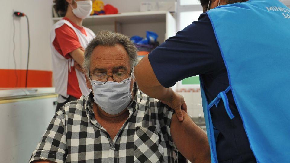 Adulto mayor recibe la vacuna contra el COVID-19 en Provincia de Buenos Aires.
