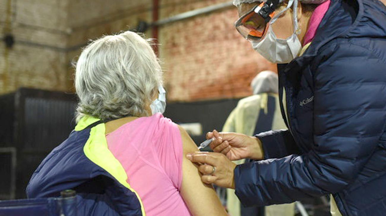 Muchos adultos mayores pudieron vacunarse, pero otros siguen esperando.