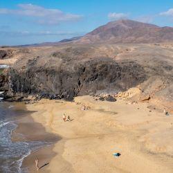 La Playa de la Cera, entre acantilados, es pequeña, pero destaca por su arena impecable y el agua cristalina. Foto: Andreas Drouve/dpa