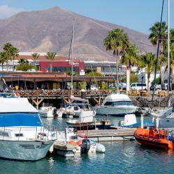 En la Marina Rubicón abundan los pequeños restaurantes. Foto: Andreas Drouve/dpa