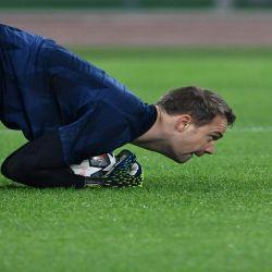 El arquero alemán del Bayern Múnich Manuel Neuer calienta antes del partido de ida de los octavos de final de la Liga de Campeones de la UEFA Lazio Roma vs Bayern Múnich el 23 de febrero de 2021 en el Estadio Olímpico de Roma.  | Foto:AFP