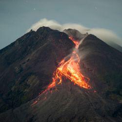 La lava fluye desde el cráter del monte Merapi visto desde Tunggularum, en Yogyakarta Indonesia.  | Foto:AFP
