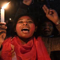 Partidarios de una facción del gobernante Partido Comunista de Nepal (NCP) celebran una vigilia con velas para celebrar el fallo de la Corte Suprema de revocar la decisión del primer ministro de disolver el parlamento, en Katmandú. | Foto:AFP