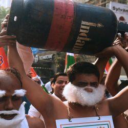 Los activistas del partido del Congreso gritan consignas contra el gobierno sindical líder del Partido BharatiyaJanata (BJP) y el primer ministro NarendraModi y el reciente aumento del precio del combustible en Calcuta India.  | Foto:AFP