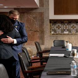 El exjefe de policía del Capitolio de los Estados Unidos, Steven Sund, abraza a la oficial de policía del Capitolio de los Estados Unidos, Capitán Carneysha Mendoza, durante una audiencia conjunta de Seguridad Nacional y Asuntos Gubernamentales y Reglas y Administración del Senado. | Foto:AFP