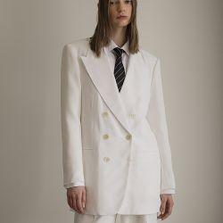 OFF WHITE. Saco cruzado largo (Isabel Marant). Camisa (Hugo Boss). Corbata (Alexander McQueen). Pantalones (JWAnderson). Aros (Zara).